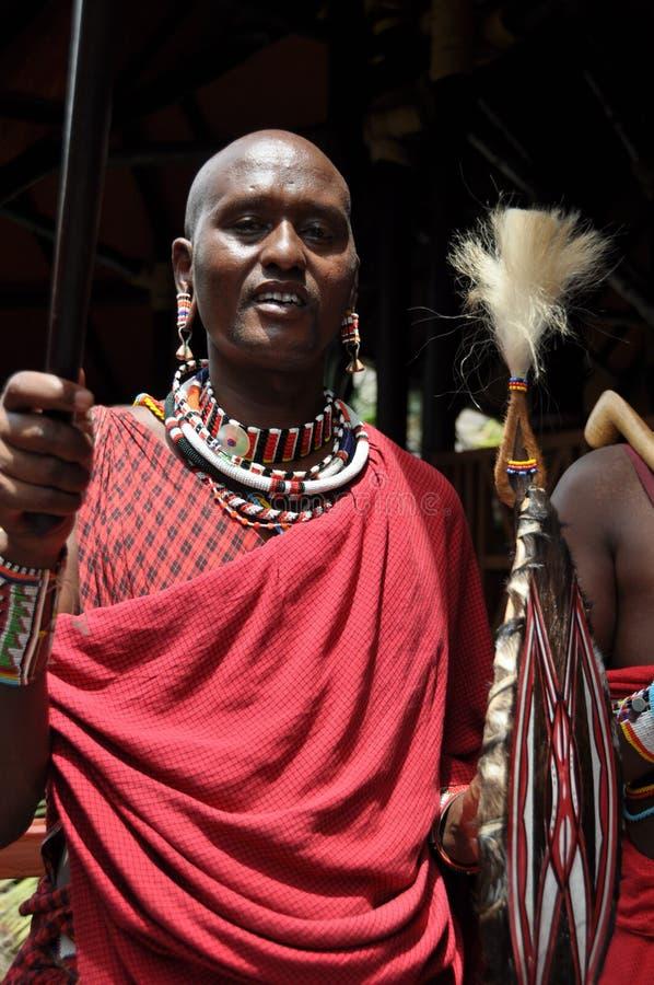 Kenia: Hombres del Masai con el speer en la entrada del centro turístico del filón de Diani foto de archivo libre de regalías