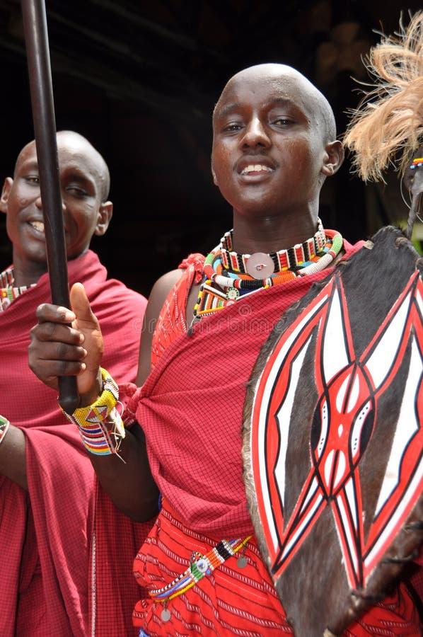 Kenia: Hombres del Masai con el speer en la entrada del centro turístico del filón de Diani fotografía de archivo