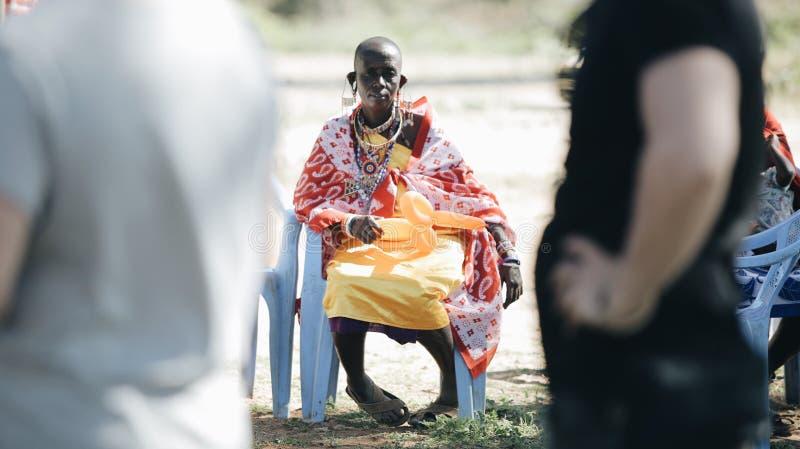 KENIA, KISUMU - 20. MAI 2017: Afrikanerin von lokalem maasai Stamm, der auf Stuhl- und Griffballon sitzt lizenzfreies stockbild