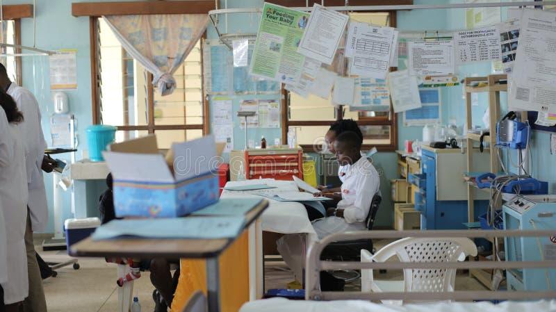 KENIA, KISUMU - 23 MEI, 2017: Afrikaanse mensen die in toelatingsafdeling werken in het ziekenhuis Noodsituatieafdeling in Afrika royalty-vrije stock afbeeldingen