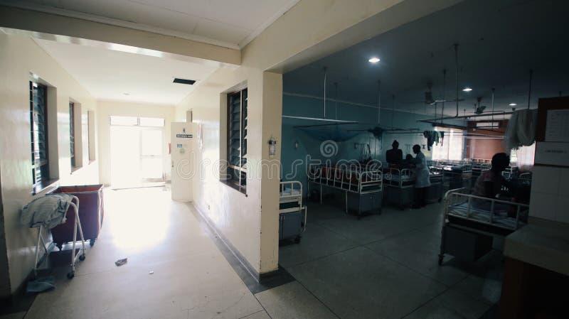 KENIA, KISUMU - 20 MEI, 2017: Grote afdeling en ingang in het ziekenhuis Afrikaanse mensen met hun kinderen in medisch stock foto's
