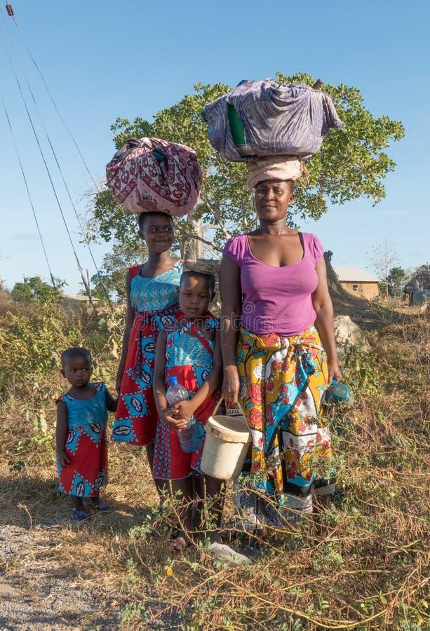 Kenijscy Giriama przewożenia rodzinni pliki na głowie zdjęcie royalty free