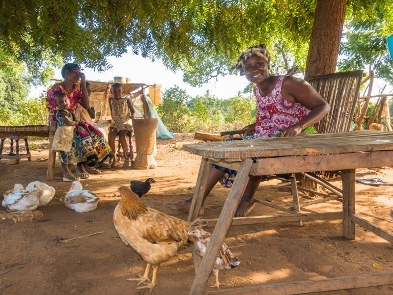 Kenijska Giriama rolnika matka z dwa dziećmi zdjęcie stock