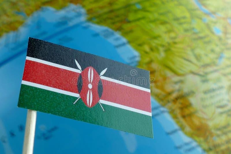 Kenja flaga z kuli ziemskiej mapą jako tło obrazy royalty free