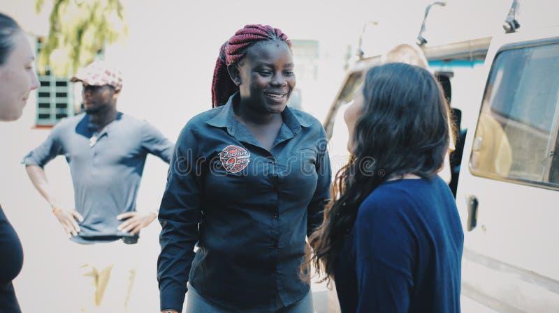 KENJA KISUMU, MAJ, - 20, 2017: Młoda afrykańska kobiety rozmowa z caucasian kobietą, trzyma jej rękę zdjęcia royalty free