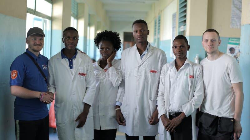 KENJA KISUMU, MAJ, - 20, 2017: Młodzi piękni ludzie, kobiety i mężczyzna w białej todze w Afrykańskim szpitalu, obraz royalty free