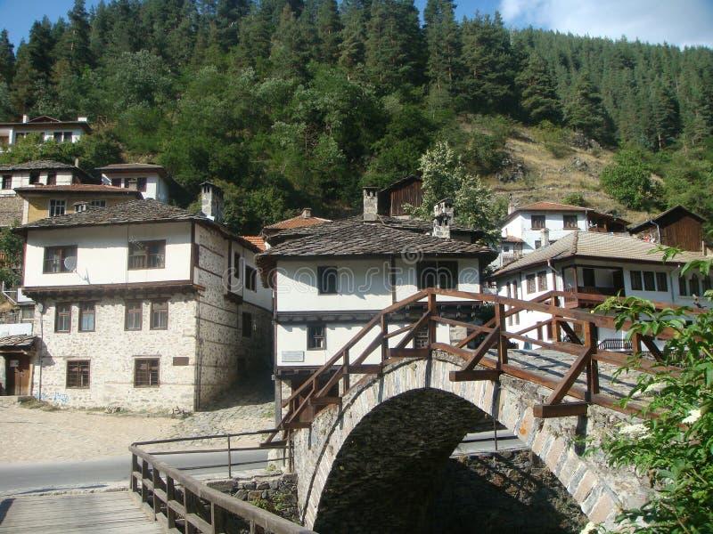 Kenmerkende huizen van berg van het Nationale Park van Rhodopes in Bulgarije met een kleine brug van steen stock foto