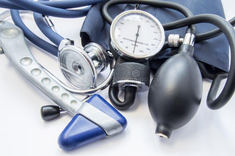 Kenmerkende uitrusting van neuroloog of interne geneeskunde arts Neurologische reflexhamer, sphygmomanometer en stethoscoop die o stock afbeelding