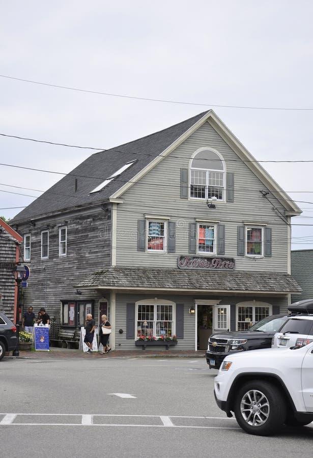 Kennebunkport Maine, 30th Juni: TunnbindareCorner Square Historic hus av Kennebunkport från det Maine tillståndet av USA royaltyfria foton