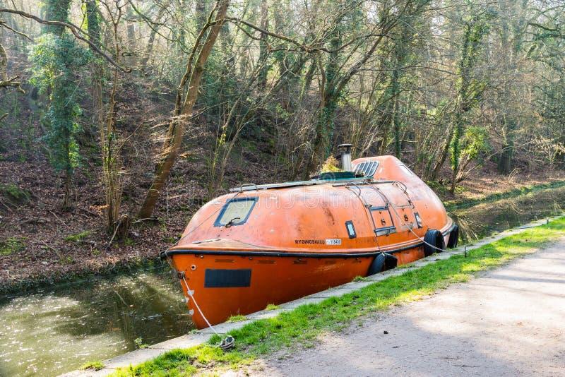 Kennet y Avon canal Wiltshire 27 de febrero de 2019 incluyeron el bote salvavidas convertido para vivir adentro en el canal de Ke imagen de archivo