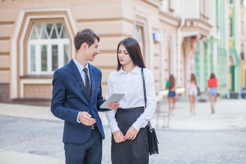 Kennis en mededeling van zakenman, onderneemster stock afbeelding
