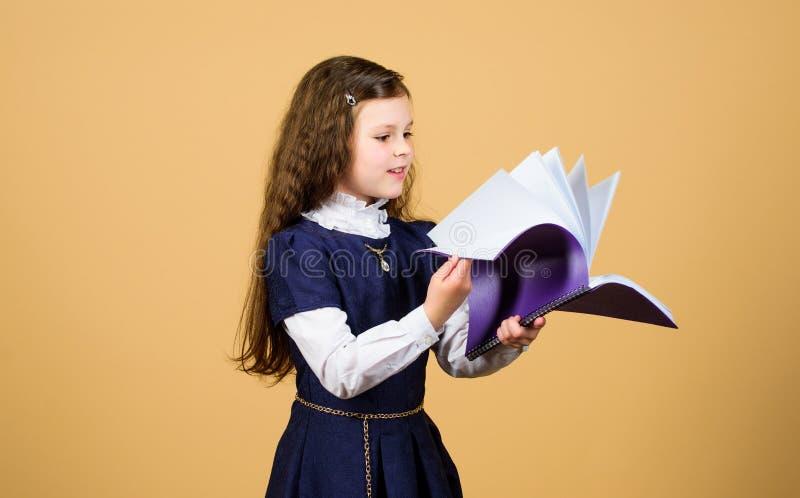 Kennis en onderwijs Terug naar School het ernstige kleine meisje wil leraar zijn notitieboekje voor agendanota's studieles royalty-vrije stock foto's