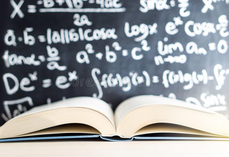 Kennis, onderwijs, wiskunde, wetenschaps en wijsheidsconcept stock afbeelding