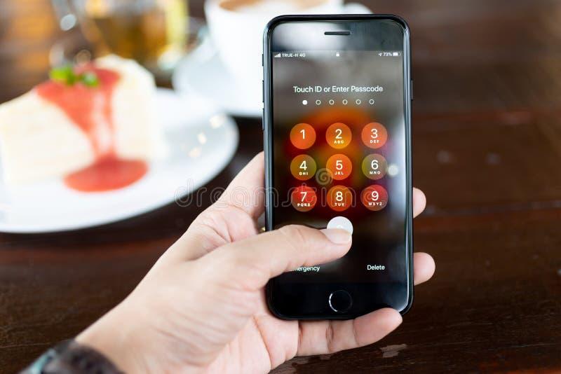 Kennwort für den Schutz mobiler Daten Für Smartphone-Nutzer Verwendung von Bildern für Sicherheitsdaten lizenzfreie stockfotos