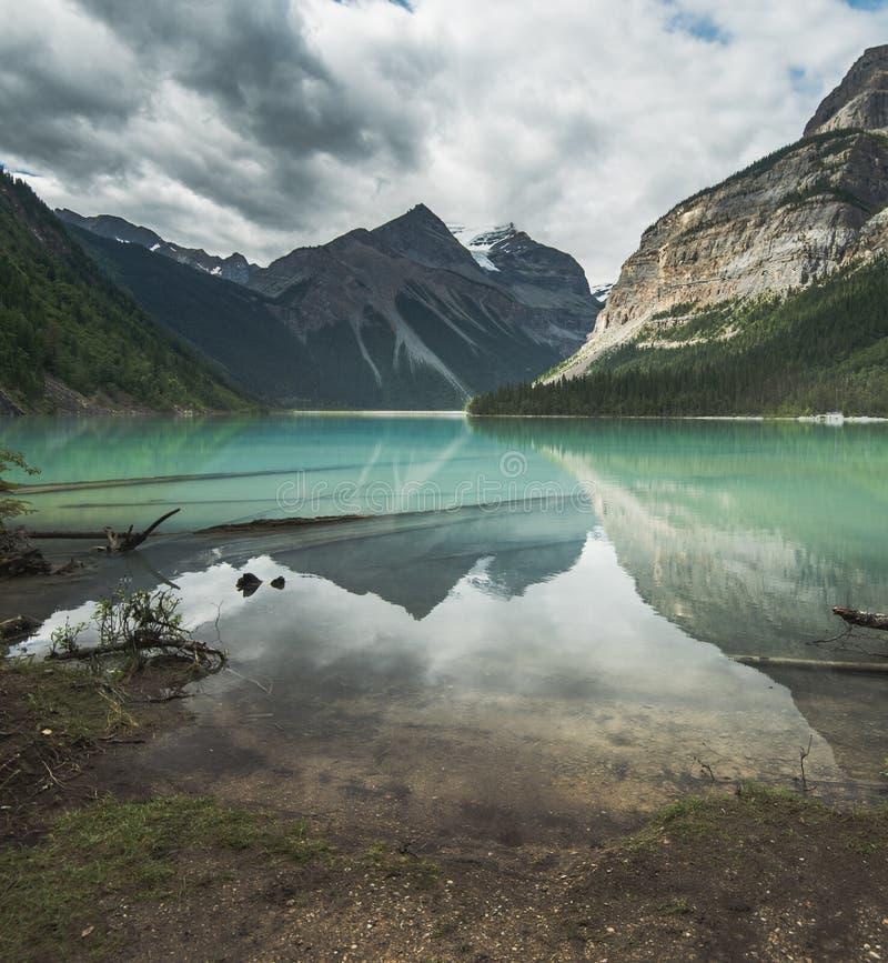 Kenny Lake en el rastro al lago berg en Mt Robson Provincial Park A.C. fotos de archivo libres de regalías