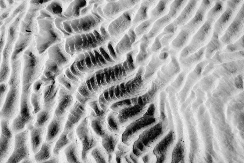 Kennzeichen auf dem Sand lizenzfreies stockbild