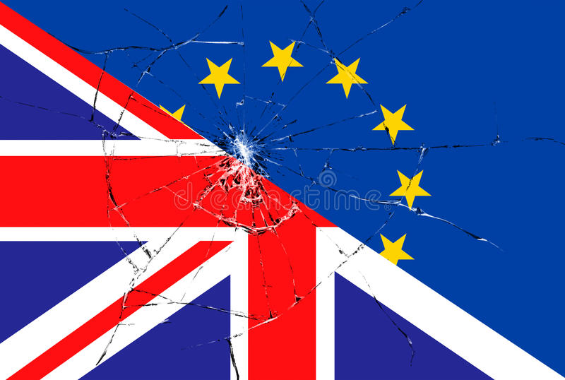 Kennzeichnen blaue EU Europäischer Gemeinschaft Brexit auf defektem Glaseffekt und halber Großbritannien-Flagge stockbilder
