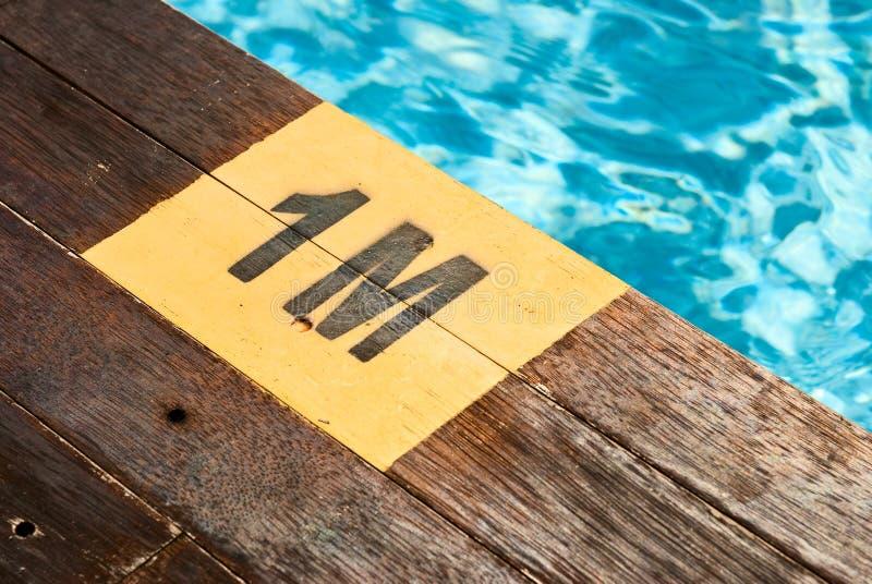 Kennzeichnung der Swimmingpooltiefe stockbild