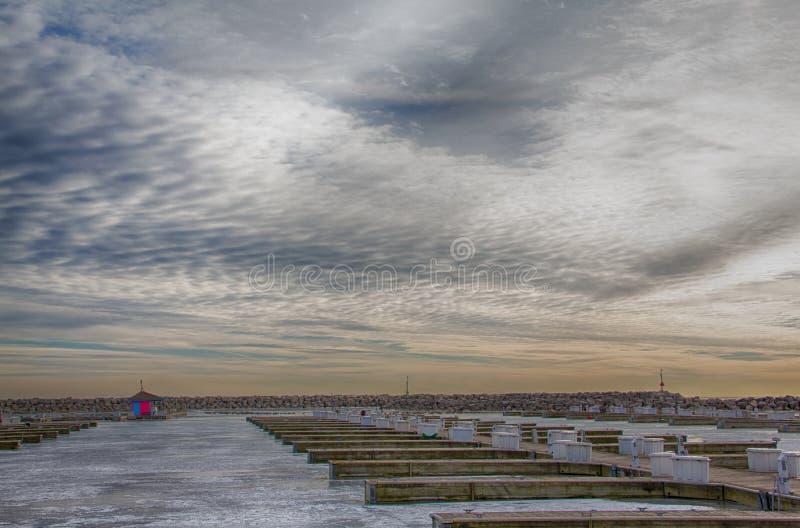 Kenosha, docks de WI Shoreline sous le ciel de tourbillonnement d'hiver images libres de droits