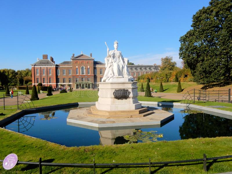 Kensington pałac z statuą królowa Wiktoria, Królewska siedziba w Londyn zdjęcia stock
