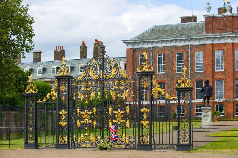 Kensingtonpaleis, in Hyde-parkmening bij zonnige dag met veel mensen die en in Th, Londen het UK lopen rusten stock fotografie