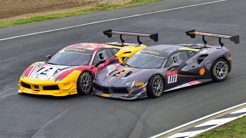 Kent Chen u. Andrew Moon, die an Ferrari-Herausforderungs-Asia Pacific-Reihe zusammenstoßen, laufen am 15. April 2018 in Hampton  stockfoto