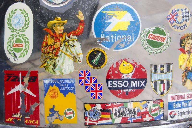 Kentekens en stickers op Lambretta-windscherm bij de jaarlijkse Klassieke Autotentoonstelling en de Wijnoogst stock foto