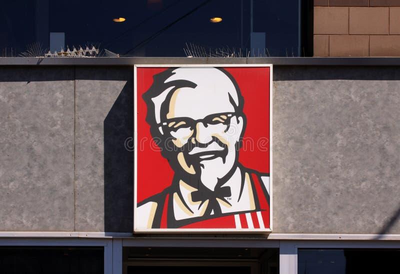 Kentucky Fried Chicken KFC unterzeichnen auf Gebäude KFC ist eine Schnellrestaurantkette, die auf Fried Chicken sich spezialisier stockfoto