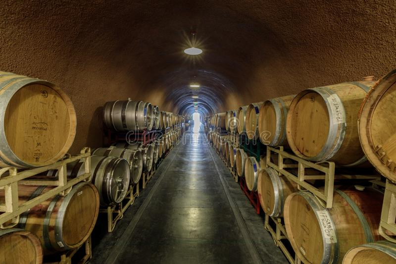 Kenwood, Californië - April 28, 2019: Vatopslag in ondergrondse wijnkelder in Deerfield-Boerderijwijnmakerij in Sonoma-Vallei stock fotografie