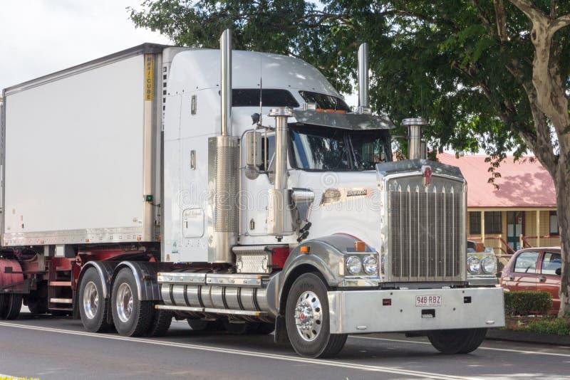 Kenworth lastbil som kör till och med Childers, Queesland, Australien royaltyfri foto