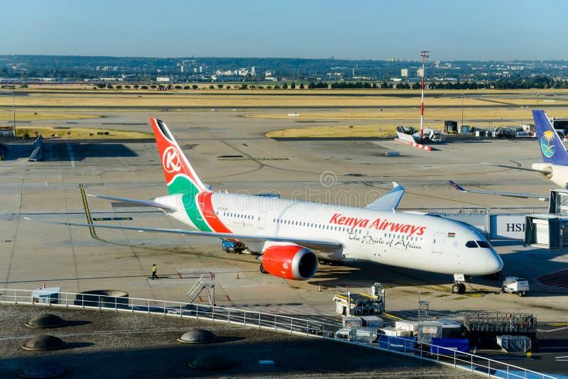 Kenya Airways Boeing 787 no aeroporto de Roissy, França fotografia de stock