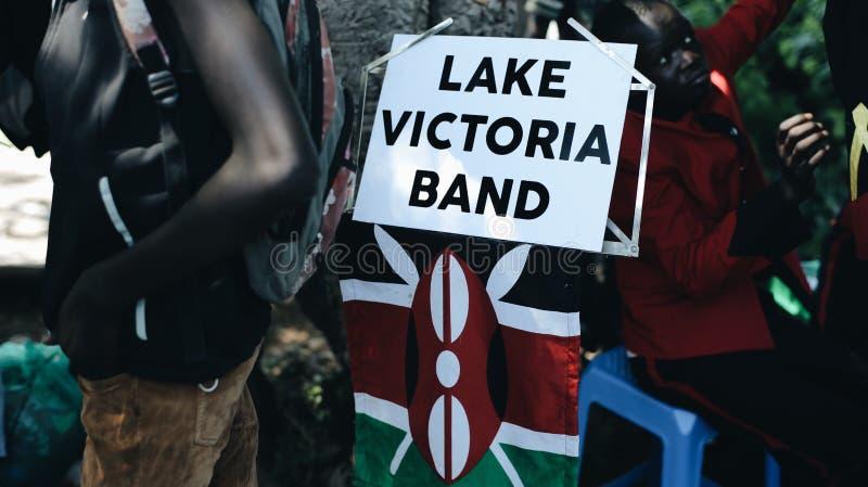 KENYA KISUMU - MAJ 20, 2017: Närbildsikten av den afrikanska musikaliska musikbandet, grupp spelar, ger en konsert utanför royaltyfri foto