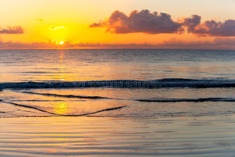 Kenya soluppgång över Indiska oceanen arkivfoton