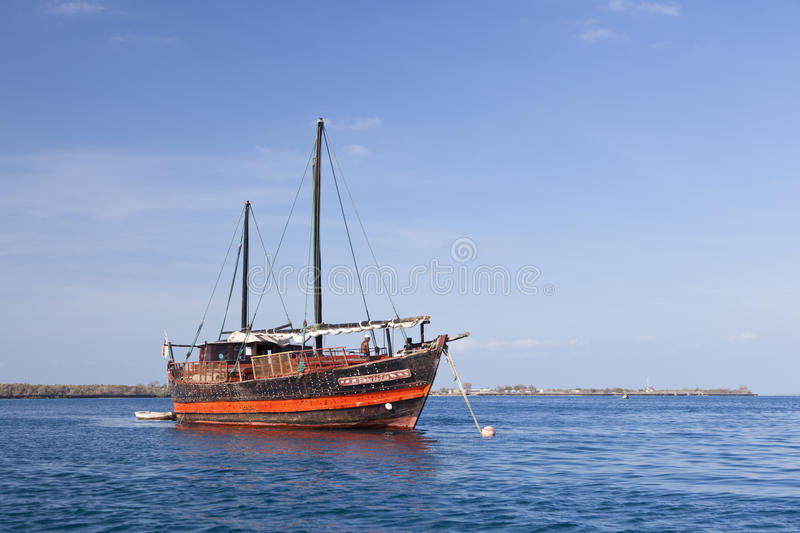 Kenyan Boat perto da costa, editorial fotos de stock