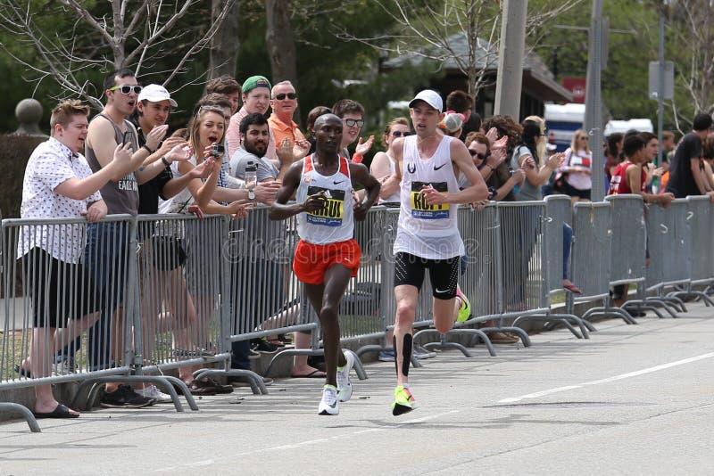 Kenyan Geoffrey Kirui da batida Galen Rupp de Kenya dos EUA com um momento do 2:09 37 durante Boston maratona o 17 de abril de 20 imagem de stock royalty free