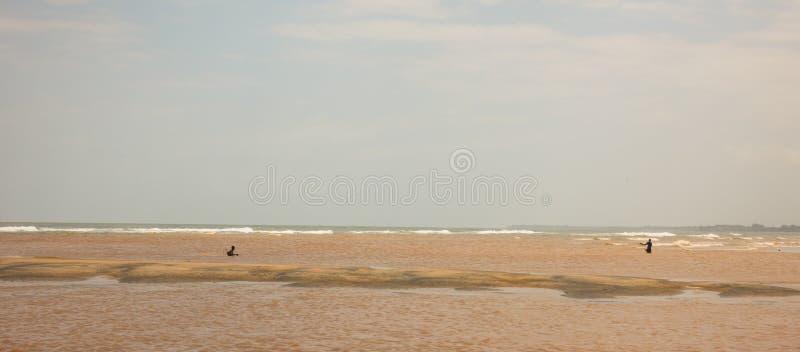 Kenyanfischer, die im seichten Wasser fischen lizenzfreie stockfotos