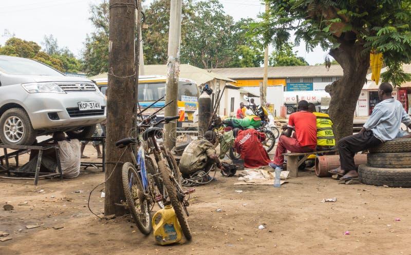 Kenyanska bilmekaniker som arbetar på gatan arkivbilder