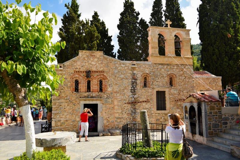 Kera, isla de Creta, Grecia - 19 de junio de 2015: La gente visita el monasterio antiguo de Kera-Cardiotissa foto de archivo libre de regalías