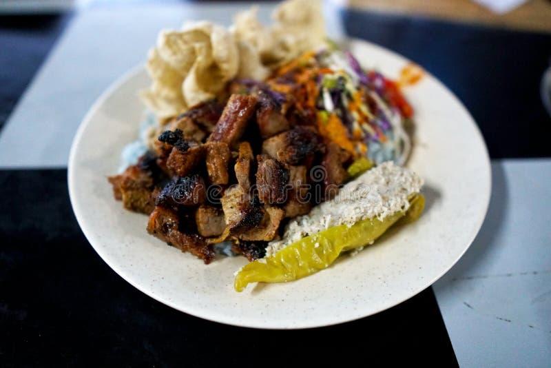 Kerabu de Nasi o ulam del nasi, plato malayo popular del arroz El color azul del arroz que resulta de los pétalos del mariposa-gu imágenes de archivo libres de regalías