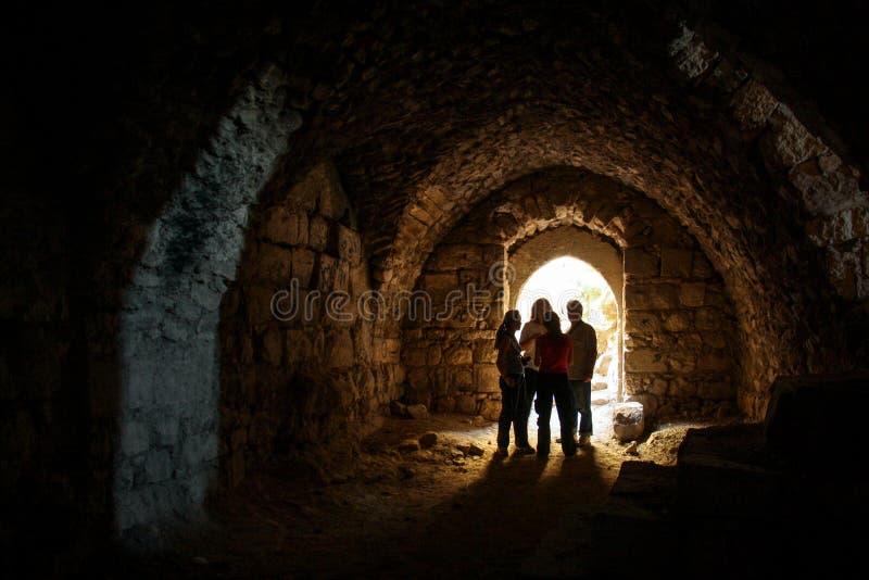 KERAK, JORDANIA - noviembre de 2009: Un pequeño grupo de turistas en una cámara en el castillo de Kerak en Jordania fotos de archivo libres de regalías