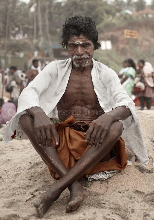KERALA - 30 DE JULIO: Acólito de un sacerdote hindú imagen de archivo libre de regalías