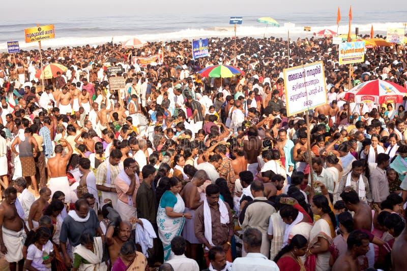 KERALA - 30 DE JULIO: Millares de peregrinos hindúes imagen de archivo libre de regalías
