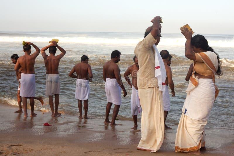 KERALA - 30 DE JULIO: Peregrinos hindúes fotografía de archivo