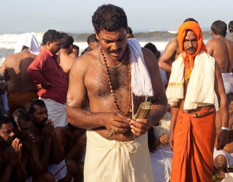 KERALA - 30 DE JULIO: Un sacerdote hindú imagen de archivo