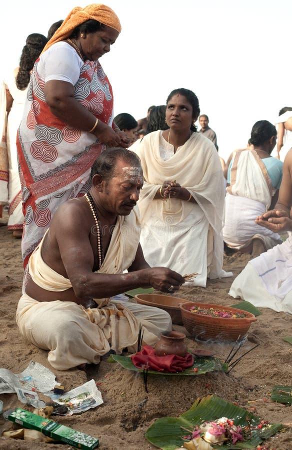 KERALA - 30 DE JULIO: Un sacerdote hindú fotografía de archivo