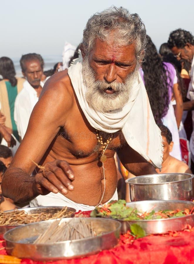 KERALA - 30 DE JULIO: Un sacerdote hindú fotos de archivo libres de regalías