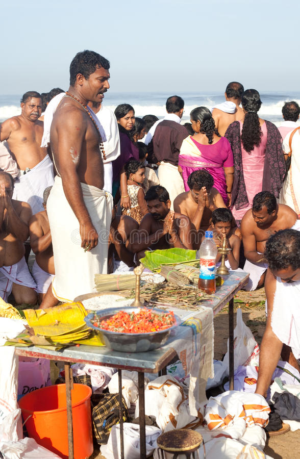 KERALA - 30 DE JULIO: Un sacerdote hindú lleva un ritual foto de archivo libre de regalías