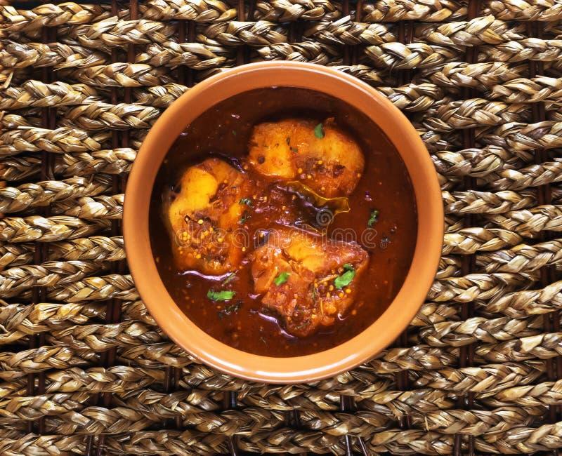 Kerala-Fisch-Curry Draufsicht würzigen und heißen Königs fischen Curry mit grünem Curryblatt Kerala Indien stockfotos