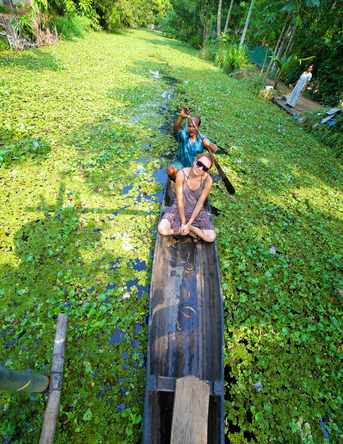 KERALA, INDIA - APRIL 2013: Kano bij alleppeybinnenwateren stock foto