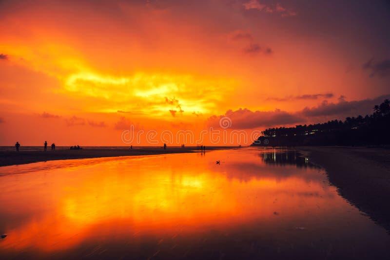 Kerala Indien Den Varkala stranden på natten, multipel färgar färgrik solnedgånghimmel royaltyfri foto